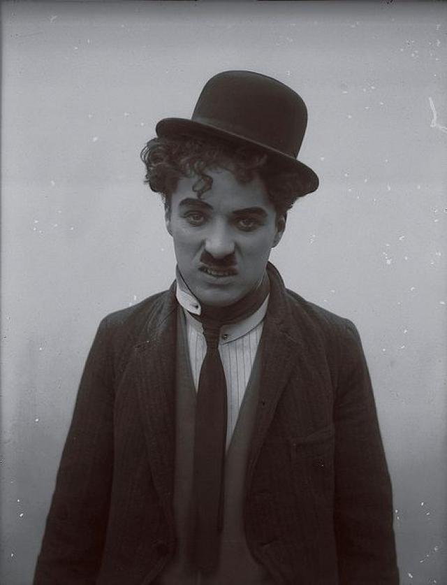 Чаплин прожил в США 40 лет, но так и не получил гражданства. Более того, с 1952 году въезд в США был ему закрыт, а для получения визы ему было нужно ответить комиссии департамента иммиграции на ряд обвинений политического порядка, а также на обвинение в моральной распущенности.