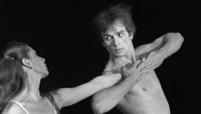 """В 1961 году во время гастролей Кировского театра в Париже отказался возвращаться в СССР, став одним из самых известных """"невозвращенцев"""" в СССР."""
