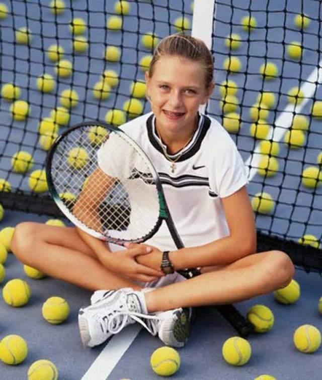 Теннисисткой девушка стала благодаря отцу Юрию Шарапову, так как сам он был заслуженным тренером России и теннисистом. В 1995 году именно он буквально собрал копейки и переехал в США, чтобы его дочь училась в академии Ника Боллетьери.