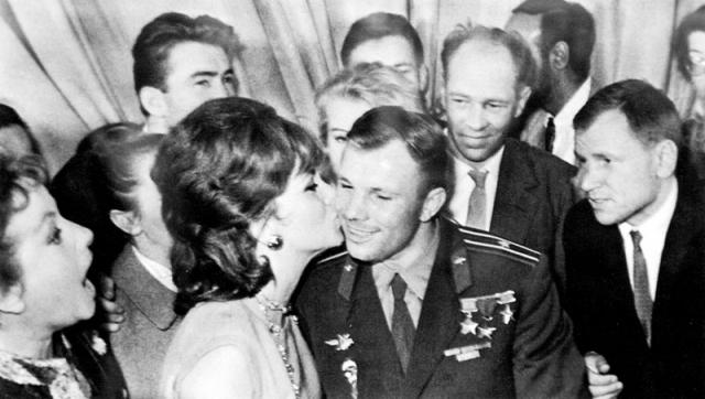 А также встретилась с Юрием Гагариным.