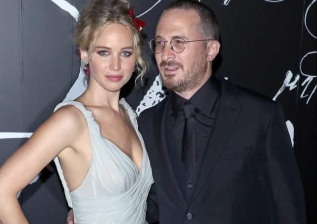 """Дженнифер Лоуренс. С сентября 2016 года актриса встречалась с режиссером Дарреном Аронофски, с которым познакомилась на съемках фильма """"мама!"""", однако неделю назад актриса сообщила, что они расстались."""