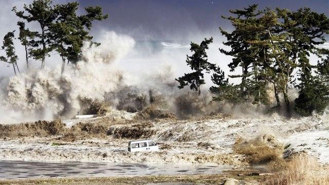 Спустя 2 часа первая мощнейшая ударная волна приблизилась к береговой полосе. Цунами достигло берегов Индонезии, Шри-Ланки, юга Индии, Таиланда и других стран.