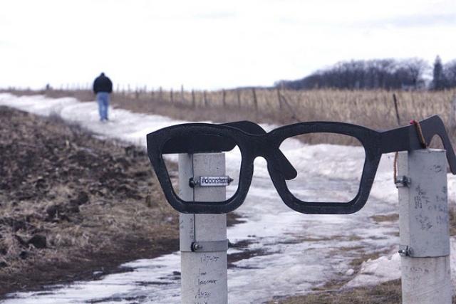На дорогу к месту крушения указывает памятный знак в форме очков в роговой оправе.