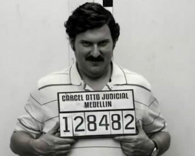 19 июня 1991 года, после того как Пабло Эскобару уже не угрожала экстрадиция в США, он сдался властям. Эскобар согласился признать за собой вину в нескольких незначительных преступлениях, взамен ему простили все его прошлые. Пабло Эскобар находился в тюрьме «Ла Катедраль», которую сам же для себя и построил.