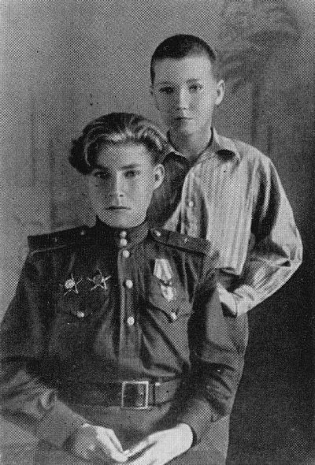 """Позднее был награжден вторым орденом Красной Звезды, а затем и орденом Красного Знамени. К концу апреля 1945 года он совершил более 650 вылетов и налетал 283 часа"""". Увы, юноша, переживший войну, умер в 18 лет от менингита."""