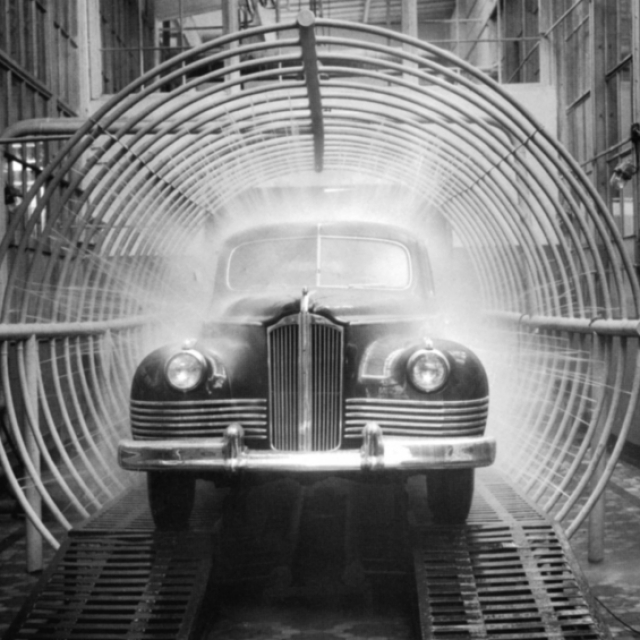 А вот премиальный автомобиль ЗИС-110 , который производился в период с 1945 по 1958 год, представлял собой практически не измененный внешне американский Packard 180 в кузове туринг-седан.
