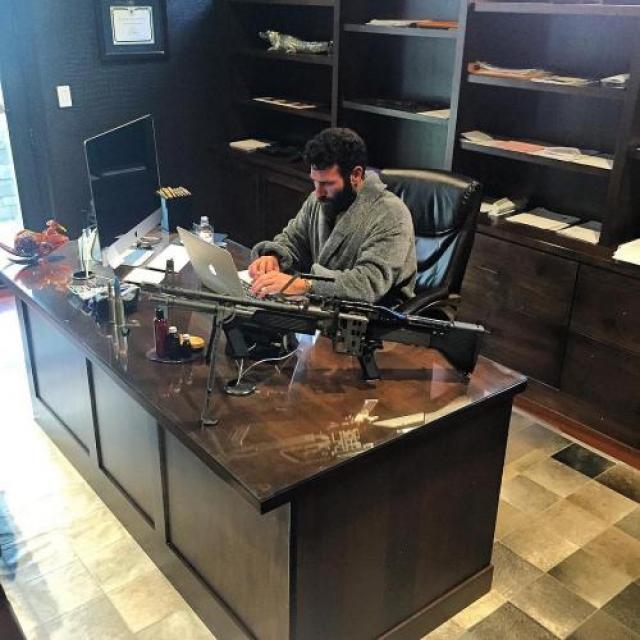 Его страсть к оружию началась довольно давно - и тогда это принесло ему неприятности, учитывая его возраст. В старших классах Билзерян был арестован за ношение оружия - пулемёта, который нашли у него в багажнике. После этого Билзеряна выгнали из училища.