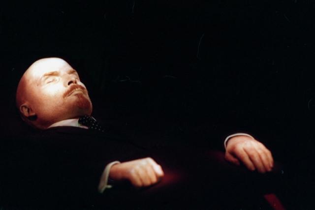 Владимир Ленин. Сейчас тело Ленина находится на том же месте, куда на него все так же приходят посмотреть толпы туристов. Но забальзамированный прах, а отличие от египетских мумий требует постоянного ухода, для чего еще в конце 1939 года в составе Минздрава СССР была создана научно-исследовательская лаборатория при Мавзолее.