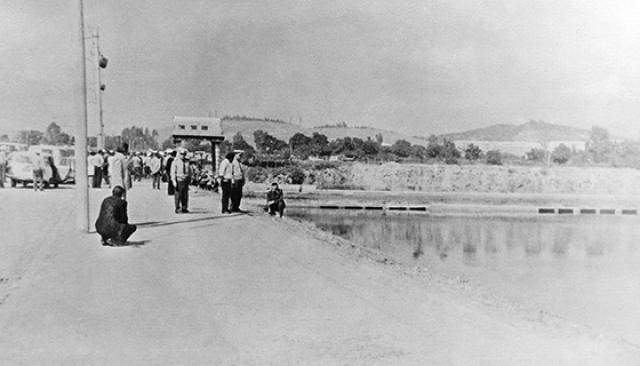 Буквально на их глазах с дороги в озеро слетел переполненный людьми троллейбус и в считанные секунды ушел на дно.