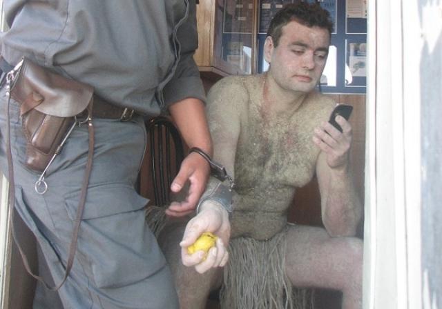 Немного позже депутат был замечен в районе пляжа бухты Шамора измазанный глиной, одетый лишь в набедренную повязку и с копьем в руке, за что был задержан полицией.