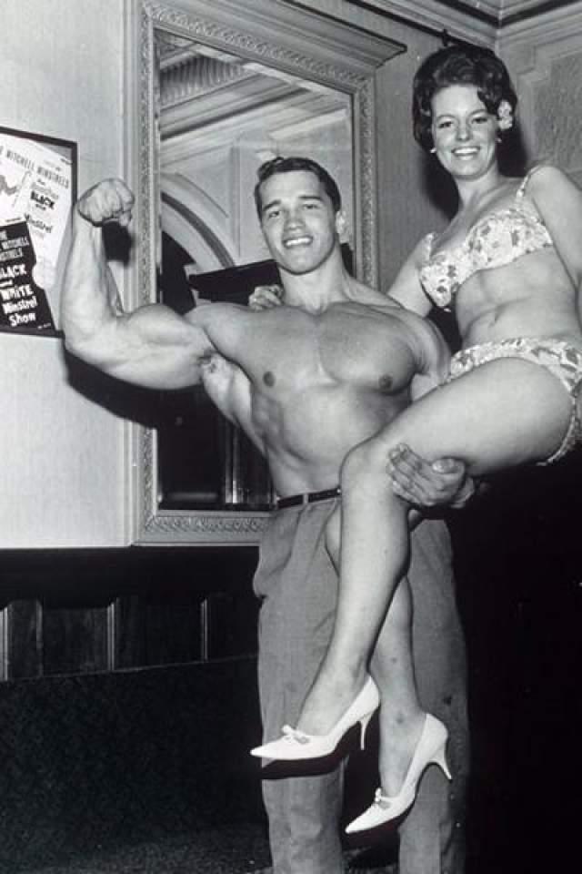1967 год: австрийский культурист Арнольд Шварцнеггер позирует в Лондоне, где стал победителем конкурса «Мисс вселенная». Пять раз завоевывал этот титул, а также семь раз становился «Мистер Олимпия».
