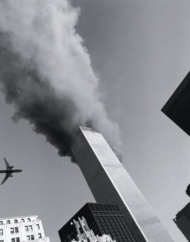 Захватчики направили два из этих лайнеров в башни Всемирного торгового центра, расположенные в южной части Манхэттена в Нью-Йорке. Рейс 11 American Airlines врезался в башню ВТЦ-1 (северную), а рейс 175 United Airlines - в башню ВТЦ-2 (южную).