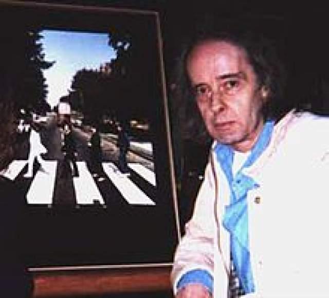 """""""Я сделал пару фотографий The Beatles переходящих улицу в одном направлении. Потом мы пропустили скопившиеся машины и они пошли в другую сторону - я сделал еще несколько снимков. В конечном итоге я выбрал пятый снимок из шести. Это был единственный кадр, на котором ноги у всех четырех были в форме перевернутой буквы 'V' - к этому я и стремился""""."""