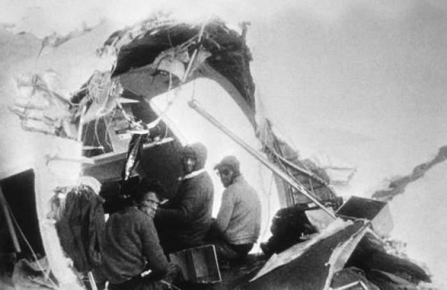 """Пассажиры самолета, прожившие в зимних горах 72 дня после его крушения Рейс 571 Уругвайский авиалиний (известный также как """"Чудо в Андах"""" и """"Катастрофа в Андах"""") разбился в Андах 13 октября 1972 года. На борту находилось 45 человек, среди них игроки команды по регби, их семьи и друзья. 10 человек погибли сразу, остальным пришлось 72 дня выживать в горах практически без пищи и теплой одежды."""