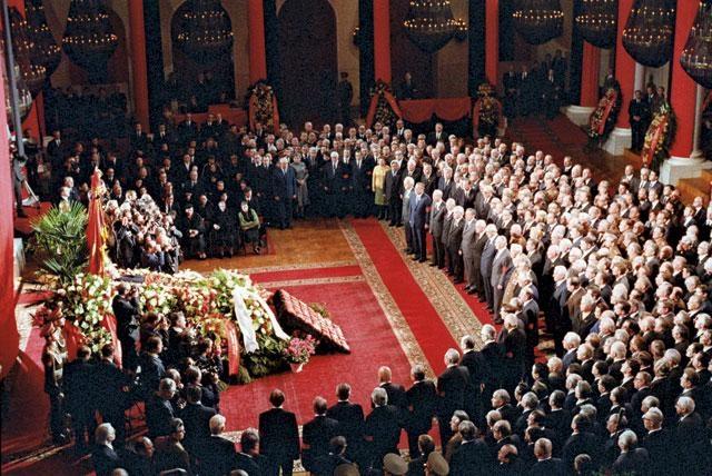 Во время похорон советских лидеров принято нести их награды, приколотые к небольшим бархатным подушечкам. Но у Брежнева было более двухсот орденов и медалей. Пришлось прикреплять на каждую бархатную подушечку по несколько орденов и медалей и ограничить почетный эскорт сорока четырьмя старшими офицерами.