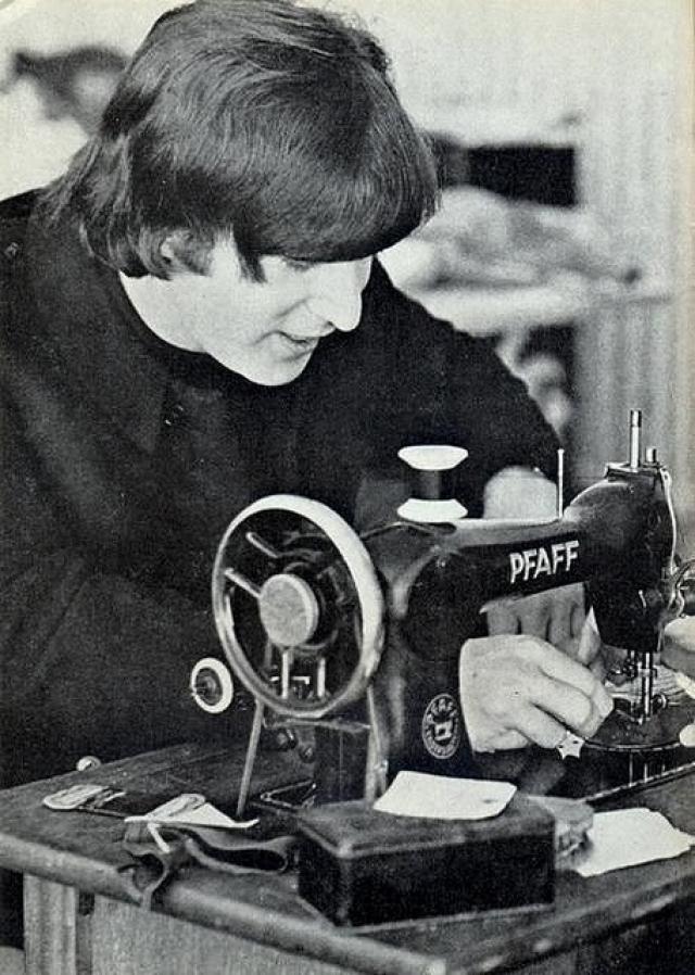 """Также Джон, как кот Матроскин, при необходимости мог """"и на машинке шить""""."""