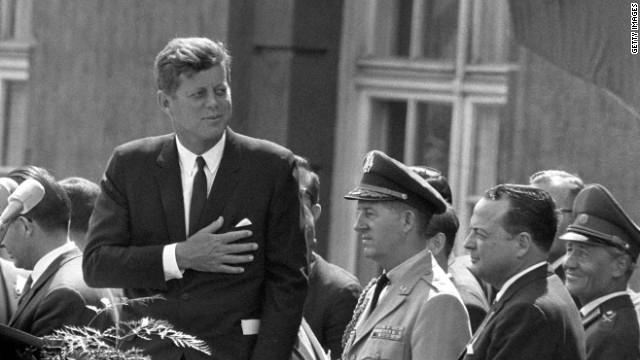 """Позже в """"New York Times"""" сообщили о том, что Кеннеди во время той самой речи допустил досадную ошибку. Желая сказать """"Я берлинец"""" , Кеннеди сказал """"Я-берлинский пончик"""" , т.к. употребил перед словом Berliner неопределенный артикль ein (правильный вариант фразы """"Я берлинец"""" соответсвенно """"Ich bin Berliner"""")."""