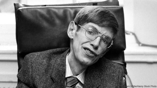 Стивен Хокинг. Еще в 20 лет Хокинг был практически полностью парализован из-за развития неизлечимой формы атрофирующего склероза. В этом состоянии он прожил практически всю жизнь.