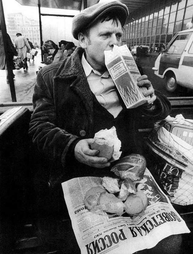 """Советский фаст-фуд молоко да булка хлеба. Так было, пока не открылся вредный капиталистический """"Макдональдс""""."""