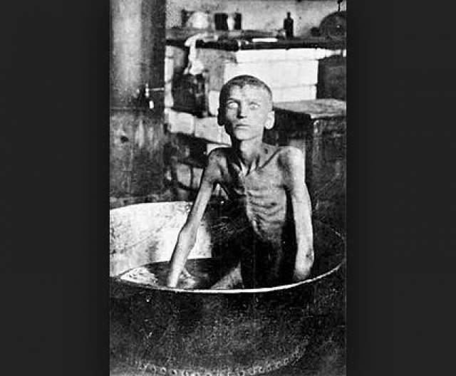 Голодные толпы буквально атаковали кладбища, а человечину начали даже продавать. В одной из газет сообщалось, что мальчик из деревни Благовещенка Илларион Нищенко во время голода 1921-1922 гг. убил своего трехлетнего брата и съел его.