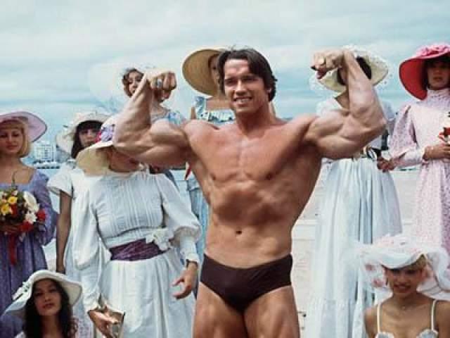 19 мая 1977 года: Арнольд позирует на 38 каннском кинофестивале, куда он приехал со своим фильмом «Качая железо».