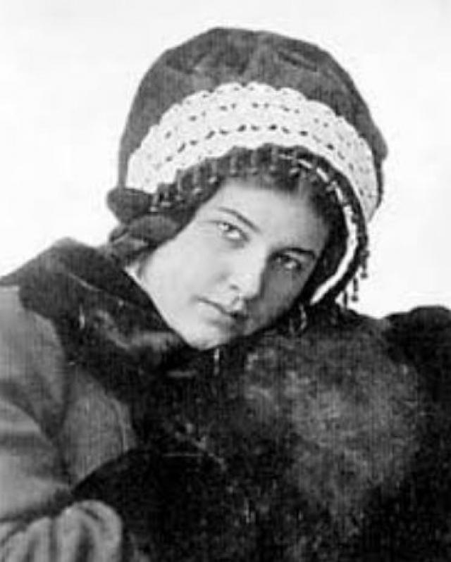 Поликсена Соловьева была последним, двенадцатым ребенком в семье выдающегося историка В.С.Соловьева и демонстрировала проявляла равные способности к поэзии и рисованию. С 1895-го она стала писать под псевдонимом Allegro.