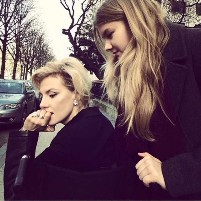 В компании Ульяны роскошная блондинка смотрится никак уж не ее мамой, максимум сестрой.