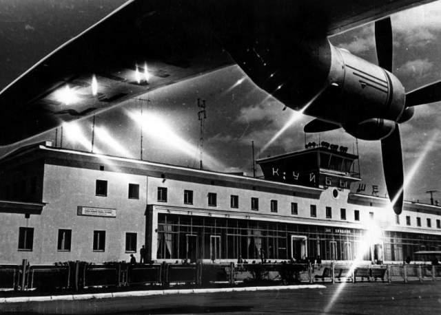"""Авария случилась в аэропорту """"Курумоч"""" осенью 1986 года. Самолет следовал по маршруту """"Свердловск-Грозный"""". В момент проишествия на борту самолета находилось 85 пассажиров, в том числе 14 детей, и 8 членов экипажа."""