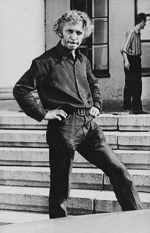 Ришар учился на знаменитых актерских курсах Шарля Дюллена и стажировался у самого Жана Вилара, но в театре и кино ему очень долго не везло – будущей звезде давали только роли второго плана.