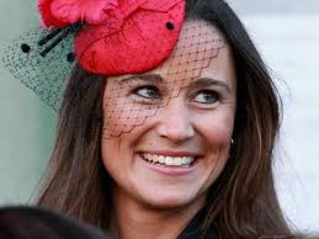 Хотя с супругой Принца Уильяма, Пиппа все же в итоге не сравнится по популярности, сейчас вся пресса говорит чаще о ней, в связи с тем, что она выходит замуж за богача Джеймса Мэттьюза.