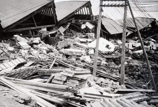 Землетрясение стало причиной мощного цунами, волны достигали 12 метров. Было уничтожено свыше 300 тыс. зданий. Из 675 мостов 360 было уничтожено огнем. По официальным данным число погибших составило 174 тыс., еще 542 тыс. числятся пропавшими. Ущерб оценивается в $4,5 млрд, что на тот момент превышало годовой бюджет страны вдвое.