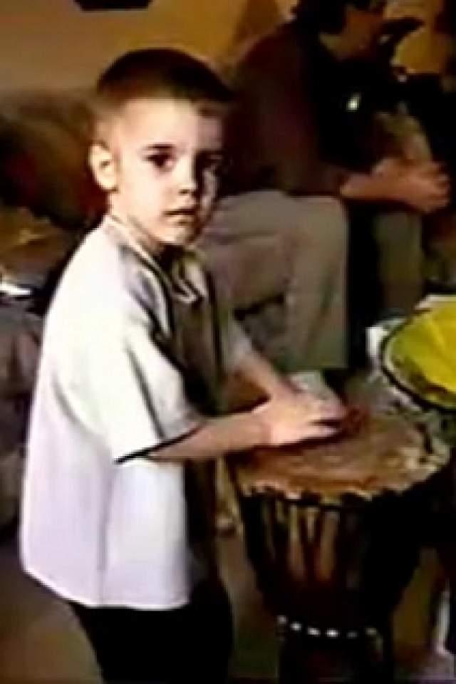 Интерес к музыке у Бибера обнаружился в два года. Юного Бибера вообще очень привлекали музыкальные инструменты, и он сам научился игре на пианино, ударных, гитаре и трубе.