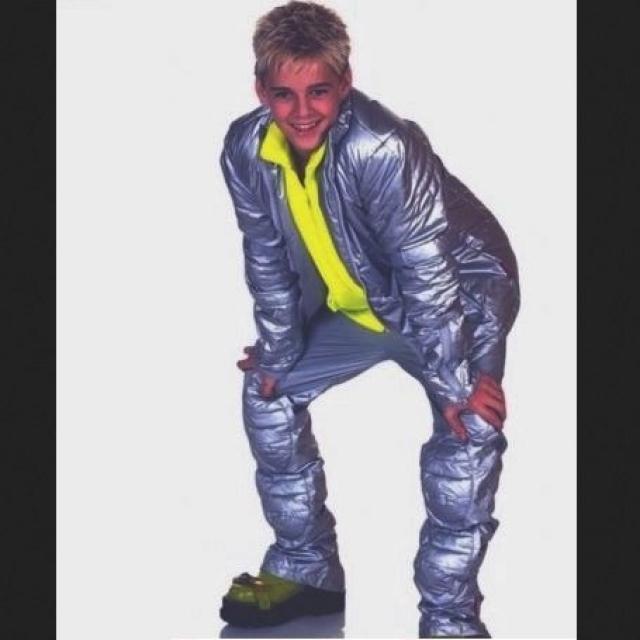 Аарон Картер в футуристическом костюмчике.