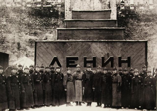Первый деревянный Мавзолей (проект А. В. Щусева) был возведён ко дню похорон Владимира Ильича Ульянова (Ленина) (27 января 1924), имел форму куба, увенчанного трёхступенчатой пирамидой. Он простоял лишь до весны 1924 года.