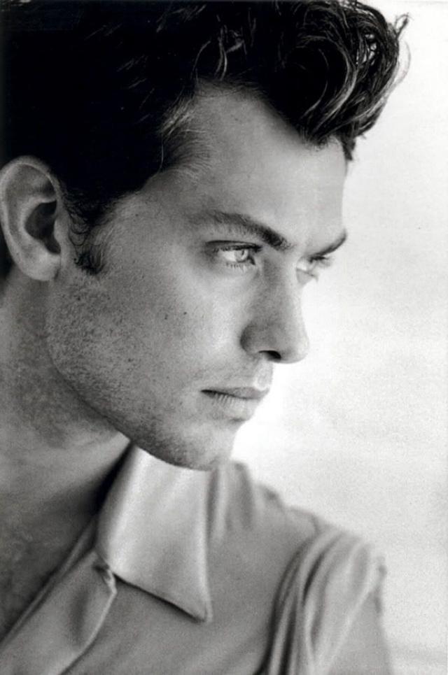 """Британский актер театра и кино Джуд Лоу в 17 лет бросил школу ради съемок в телесериале """"Семья""""."""