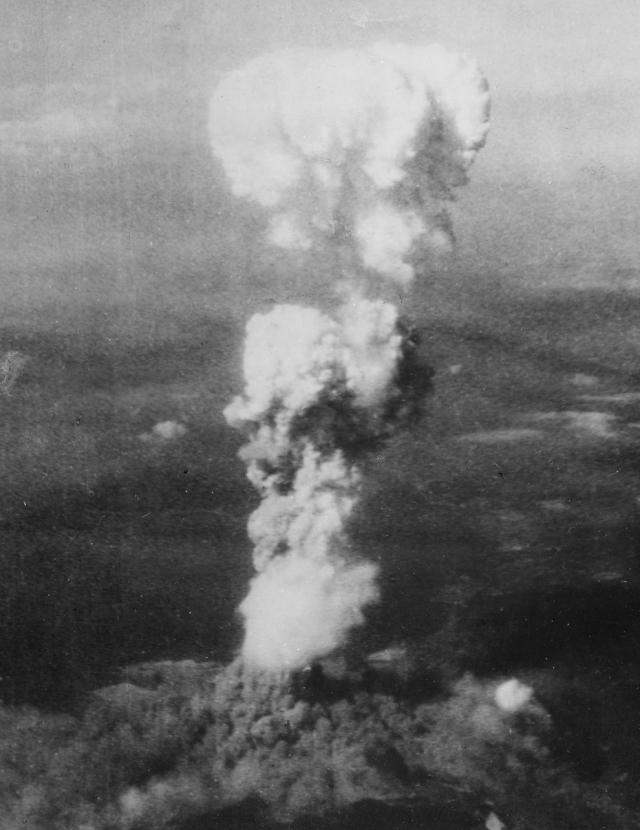 """Растущий ядерный """"гриб"""" над Хиросимой вскоре после 8:15, 5 августа 1945. Огненный шар, образовавшийся от взрыва, был разогрет до температуры 3980 градусов по Цельсию."""