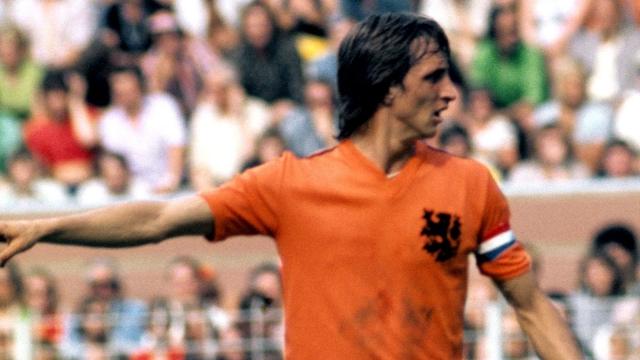 """Кройф готов был носить майку с надписью """"Королевская Нидерландская Федерация Футбола"""" только за соответствующую сумму, которую ему не заплатили."""