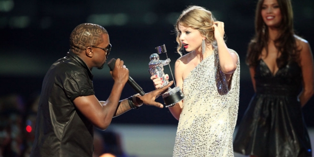 """Тейлор Свифт и Канье Уэст. Конфликт звезд начался в 2009 году, когда Тейлор Свифт, тогда еще начинающая, но уже знаменитая кантри-певица, получала свою первую статуэтку MTV Video Awards за клип на песню """"You Belong With Me""""."""