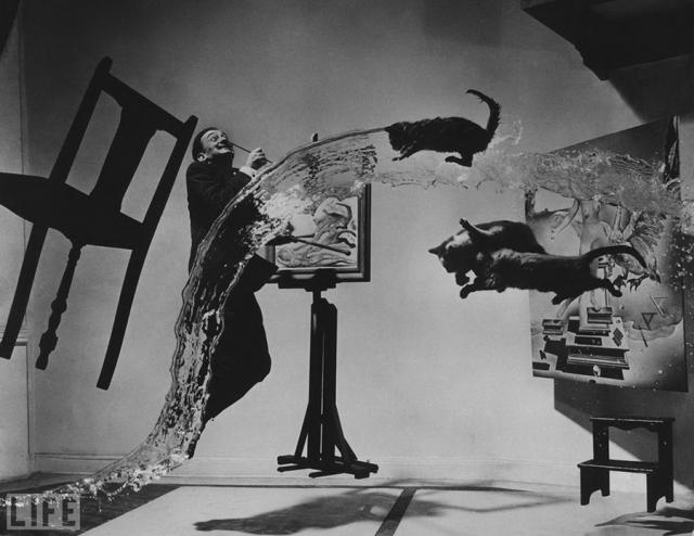"""Dali Atomicus (Philippe Halsman, 1948). Шесть часов и 28 бросков понадобилось для снимка. По словам фотографа """"его помощники и он были мокрыми, грязными и почти полностью истощенными"""", когда наконец снимок удался."""