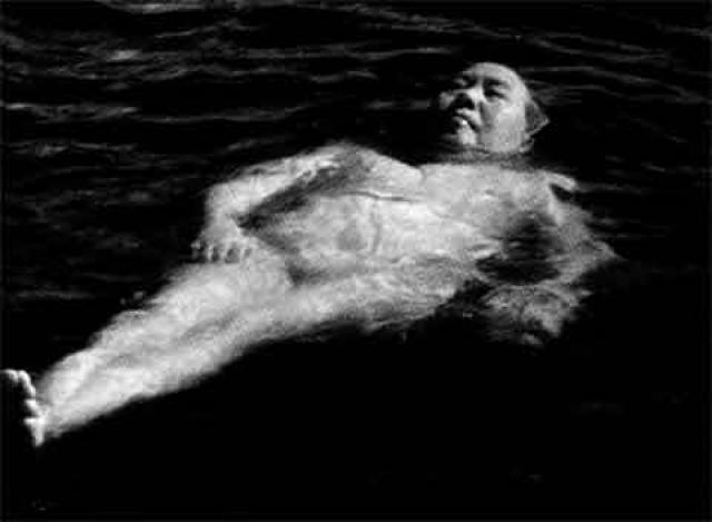 В свое время Мао потряс весь мир своим спортивным достижением: во время показательного заплыва по Янцзы почти 75-летний лидер Китая плыл с невероятной скоростью, превысив все мыслимые рекорды. Рекордсменам мира в плавании тогда здорово повезло, так как Китай еще не участвовал в Олимпийских играх.