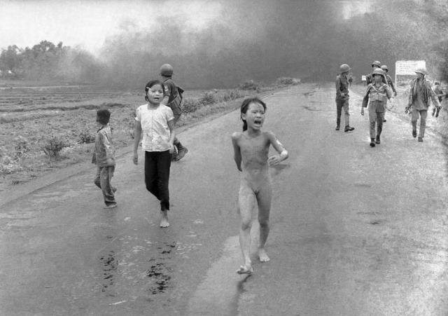 Ким Фук родилась в деревне Чангбанг к северо-западу от Сайгона. 8 июня 1972 года здесь шел бой между подразделениями северовьетнамской и южновьетнамской армий, свидетелем которого стал корреспондент Ник Ут.