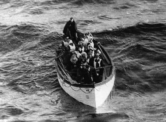 """Ричардсы чудом смогли через окно залезть в спускающуюся шлюпку №4. Когда """"Титаник"""" полностью затонул, пассажирам ее шлюпки удалось вытащить из ледяной воды еще семь человек, двое из которых, к сожалению, вскоре умерли от обморожения."""