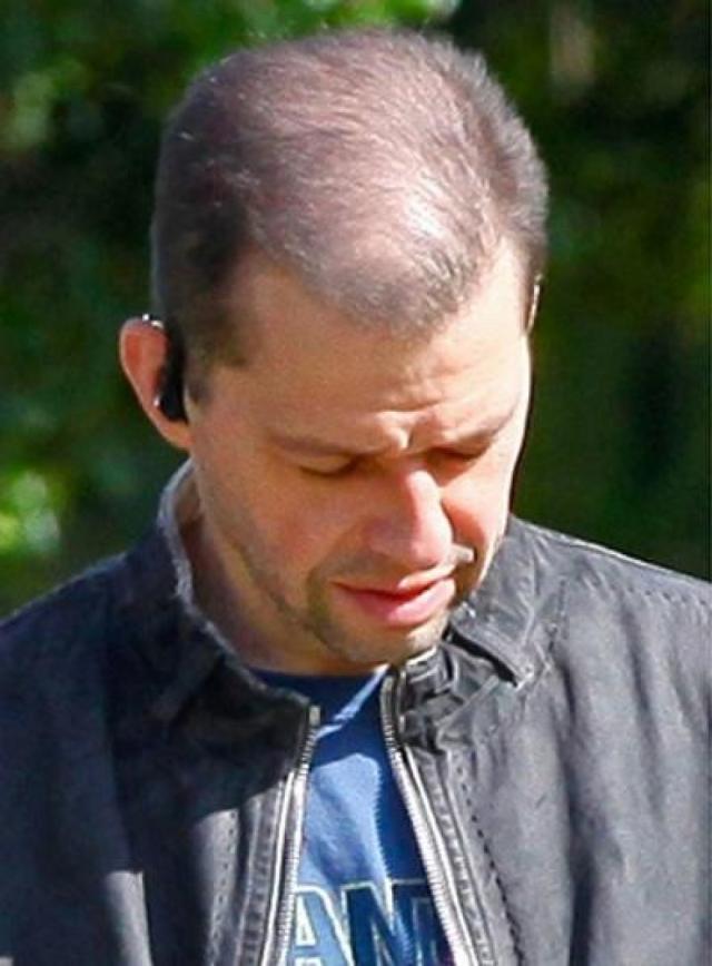 Джон Крайер. 46-летнего актера сфотографировали на спортивных соревнованиях в Малибу с заметно поредевшими волосами на голове.