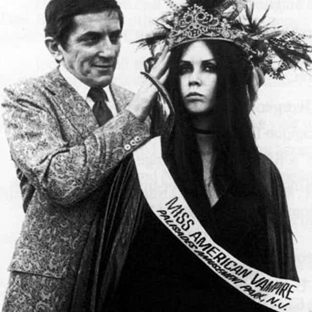 Исполнитель главной роли Джонатан Фрид лично короновал победительницу - Кристин Доманески из Бельвилля.