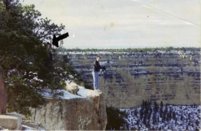Таинственный незнакомец над пропастью Большого Каньона На фото, сделанном в 70-х, мужчина, стоящий над пропастью Большого Каньона, не один - на изображении, за деревом, можно увидеть еще одного человека, в черном капюшоне. Как сам фотограф, так и сфотографированный им мужчина уверяли, что в течении более 20 минут находились на утесе в полном одиночестве, так что присутствие третьего человека не могло остаться незамеченным.