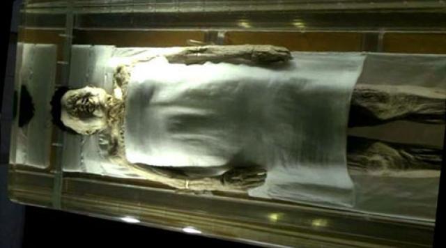 """Тело было вложено в четыре саркофага по принципу """"матрешки"""", а само тело находилось в 80 литрах желтоватой жидкости, которая сразу же испарилась."""