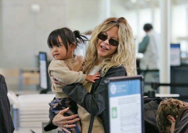 Мэг Райан. Актриса удочерила маленькую девочку Дэйзи, которая родилась в Китае, в 2006 году. Кстати, в этой стране система усыновления основана на лотерее, что и привлекло Мэг.
