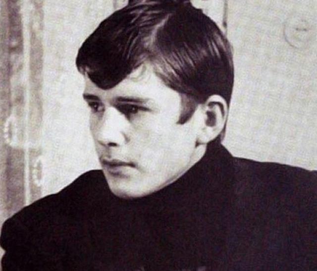 После поступления в ГИТИС и отъезда в Москву Абдулов звал девушку с собой, но она отказалась.