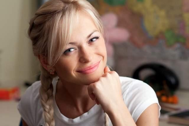 Анна Хилькевич, 32 года. Представляющая на экране образ глуповатой и меркантильной блондинки артистка на самом деле, помимо актерского вуза, получила блестящее образование.