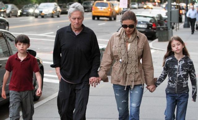 В апреле 2003 года в семье родилась девочка Кэрис. Таким образом, актер стал отцом в 56 и 59 лет.